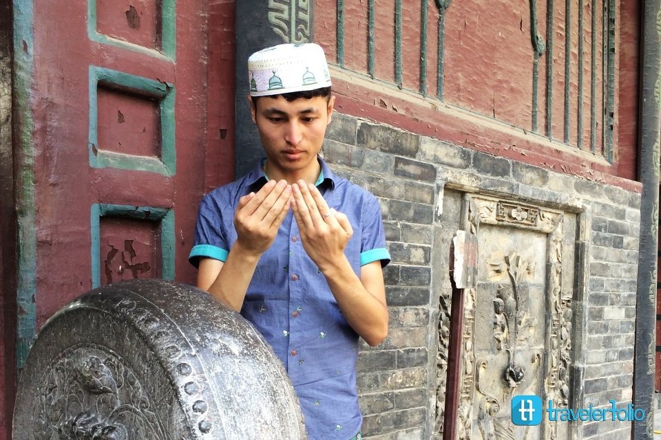 islam-muslim-guy-pray-great-mosque-xian-china