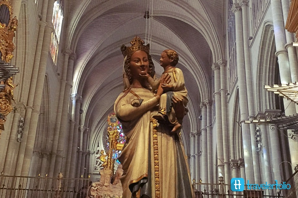 mary-smiling-toledo-cathedral-spain