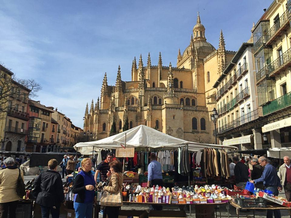 spanish-flea-market-cathedral-segovia