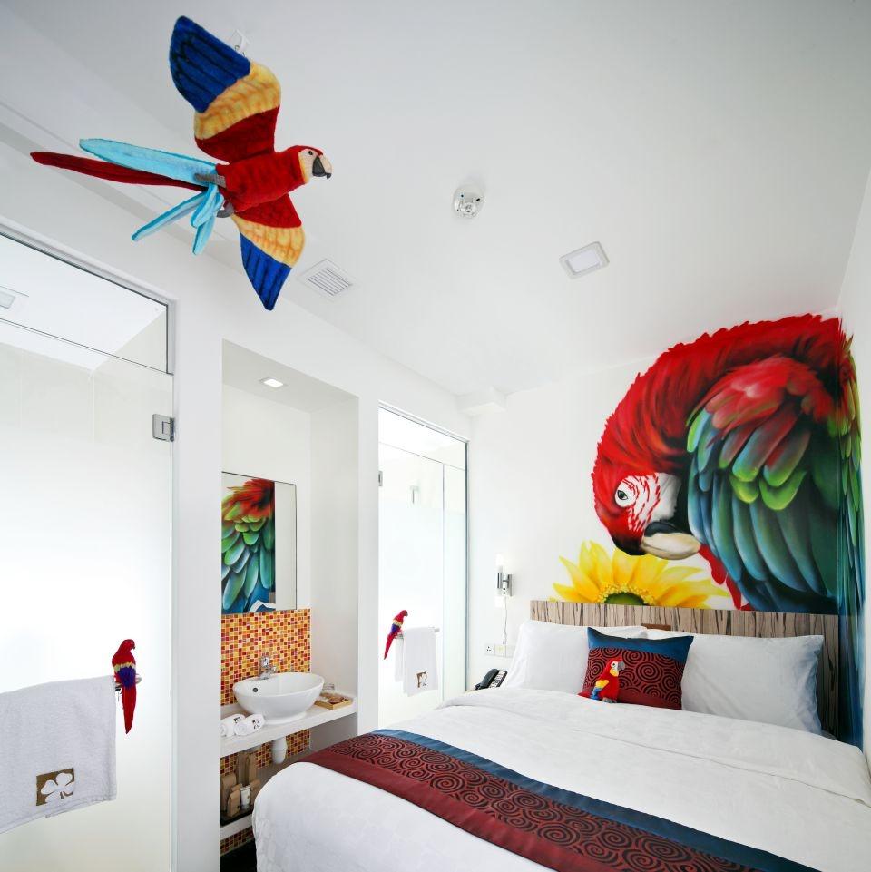 parrot-wall-art-hotel-clover