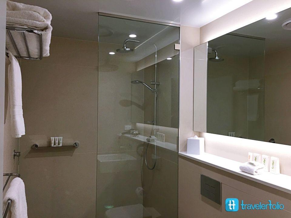 sage-deluxe-bathroom